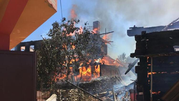 Son dakika... Taşköprü'de 6 ev yandı