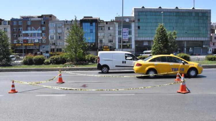 Bayrampaşa'da yolun karşısına geçmeye çalışan yayalara otomobil çarptı: 1 ölü 1 yaralı