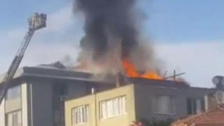 Şişli'de 5 katlı binanın çatısında korkutan yangın