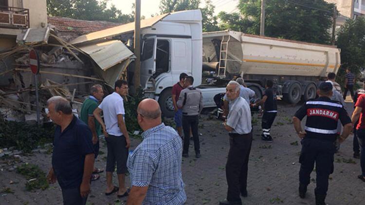 Servis otobüsü ile hafriyat kamyonu çarpıştı: 2'si ağır 13 yaralı