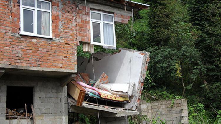 Rize'de evin bir bölümü çöktü