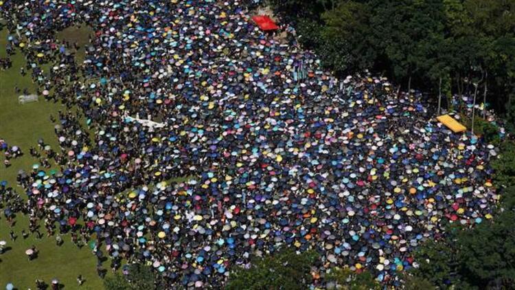 Hong Kong'daki protestolarda yaşlılardan gençlere destek