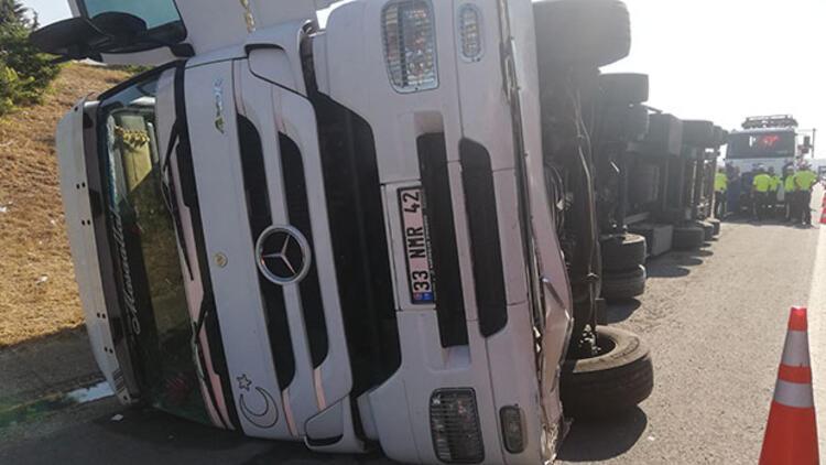 Selimpaşa TEM'de TIR devrildi, yoğun trafik oluştu