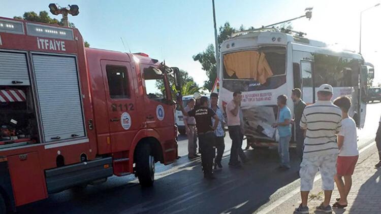 Antalya'da midibüsle kamyonet çarpıştı: 15 yaralı