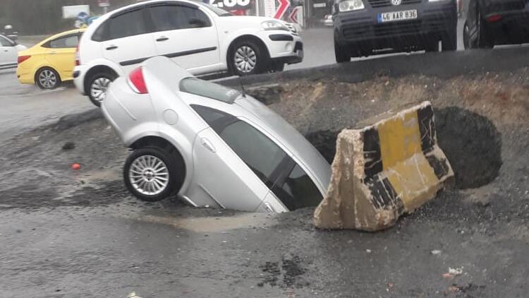 Bahçelievler'de yol çöktü, park halindeki bir araç çukura düştü
