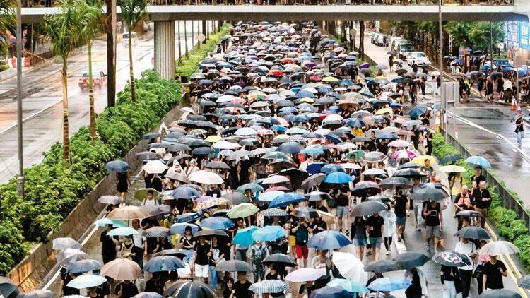 Hong Kong'da gösteriler sürüyor... Şemsiyelerle yürüdüler