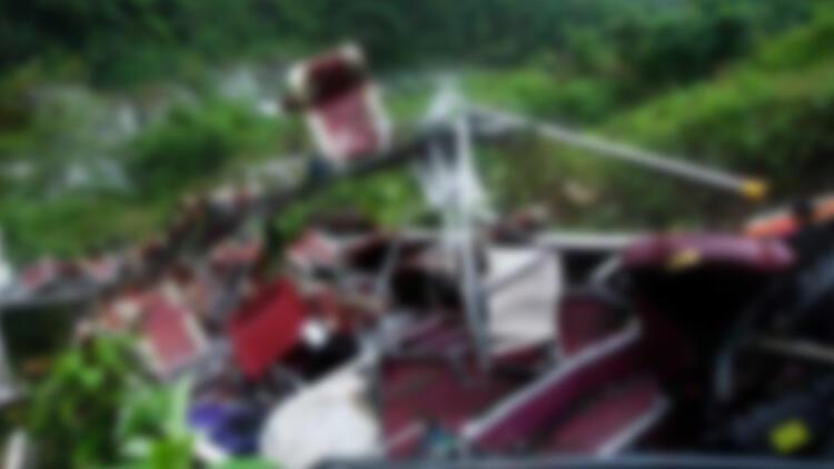 Laos'ta tur otobüsü yoldan çıktı: 13 ölü