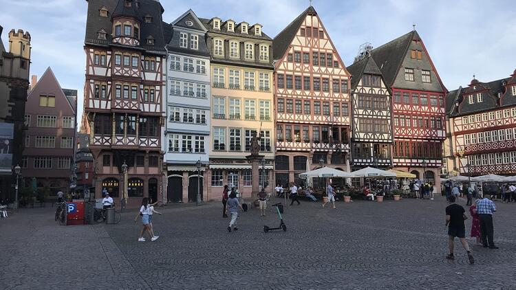 Nehir kıyısında modern bir şehir: Frankfurt