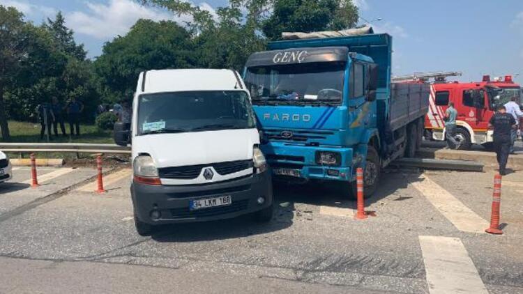 Tuzla'da kamyon, yolcu minibüsüne çarptı, 3 kişi yaralandı