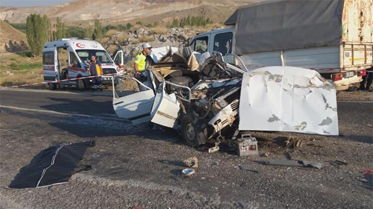 Otomobil TIR'a çarptı: Anne ve oğlu öldü, eşi ve 2 çocuğu yaralandı