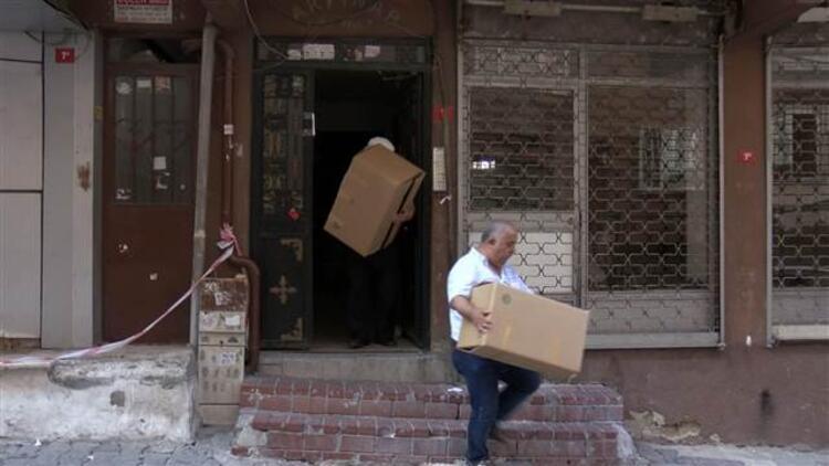 Bağcılar'da mühürlenen binada oturanlar eşyalarını topluyor