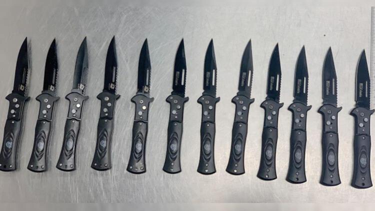 Polisler bile şaşırdı! Valizinden 12 sustalı bıçak çıktı