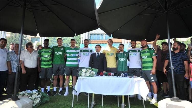 Bursaspor 8 futbolcuyla sözleşme imzaladı