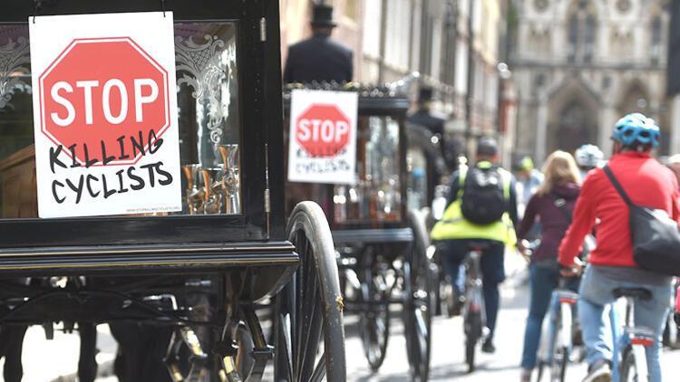 Londra'da bisikletçiler için sembolik cenaze töreni