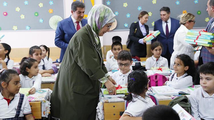 Emine Erdoğan öğrencilere atıktan üretilen defter dağıttı