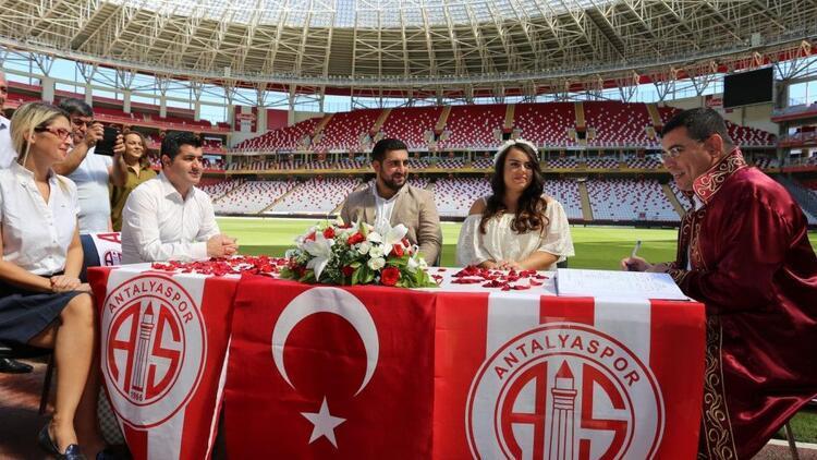 Antalyaspor'un sahasında nikâh kıyıldı.