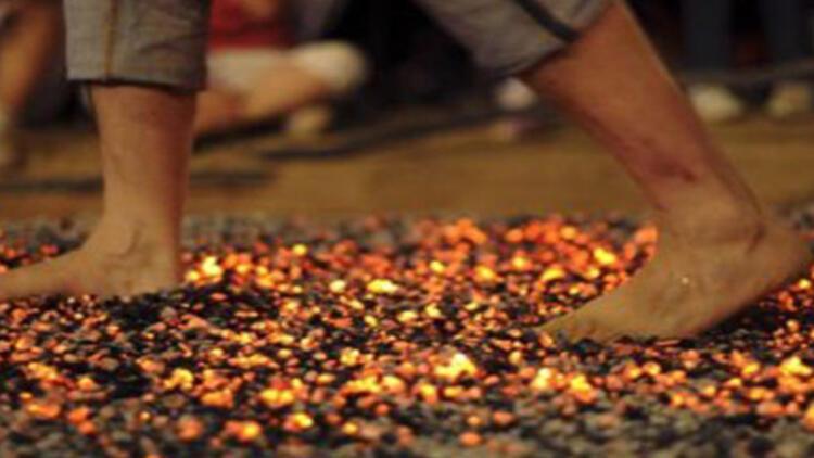 Ateşler içindeki kömür üzerinde yürüyebilmek mümkün mü?