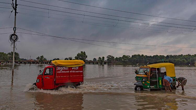 Hindistan'da muson yağmurları bu yıl bin 600'den fazla can aldı