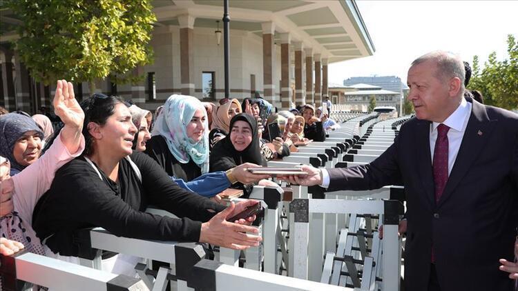 Cumhurbaşkanı Erdoğan vatandaşlara kitap hediye etti