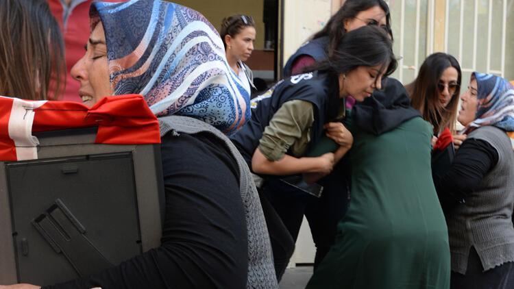 Diyarbakır'daki eylemde hareketli anlar! İki anne HDP binasına girmek istedi…