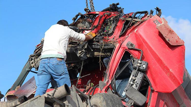 Arnavutköy'de hafriyat kamyonu İETT otobüsüne çarparak şarampole yuvarlandı: Yaralılar var
