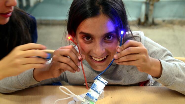Köy okullarını gezerek öğrencileri bilimle buluşturuyorlar