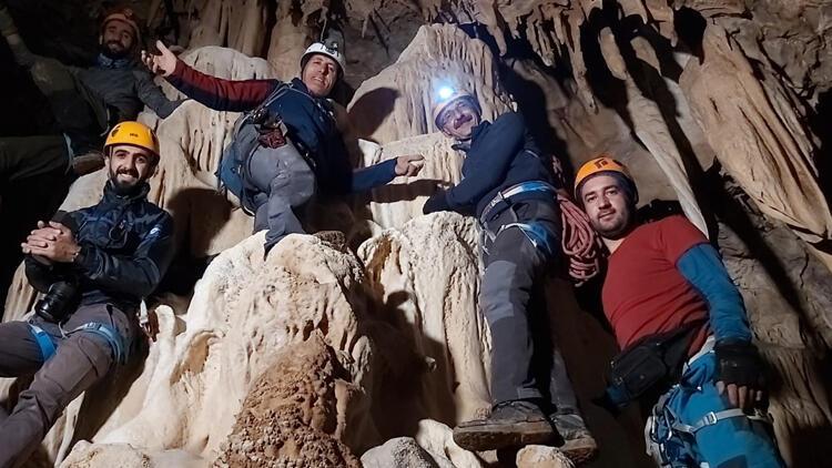 Sümbül Dağı'nda sarkıt ve dikitlerin olduğu mağara buldular