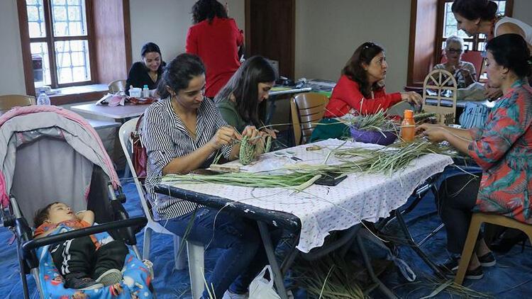Kuruyan palmiye yaprakları kadınların gelir kapısı oldu