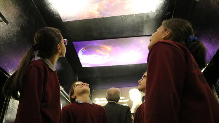 Uzayı ve bilimi okul koridorunda öğreniyorlar