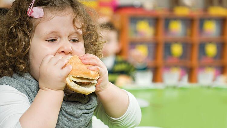 Tek çocuklar obeziteye daha yakın