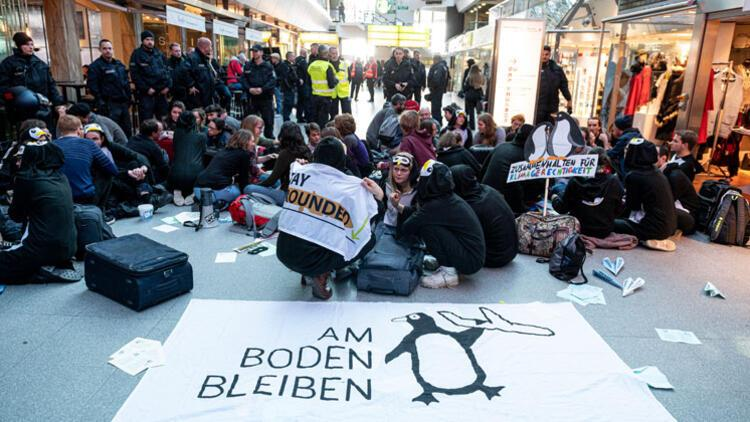 Tegel Havalimanı'nda iklim protestosu