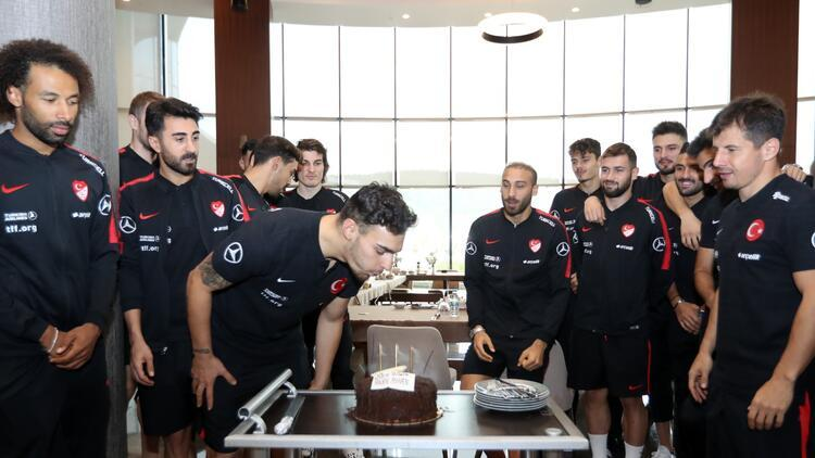 A Milli Futbol Takımı'nda Kaan Ayhan'ın doğum günü kutlandı