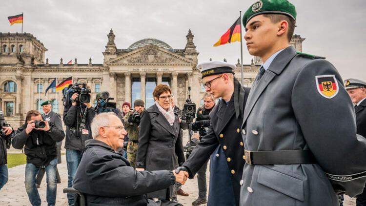 Alman askeri parlamento önünde yemin etti!