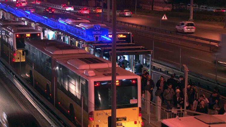 Hareketli dakikalar! Polisten kaçtı, metrobüs yoluna girdi