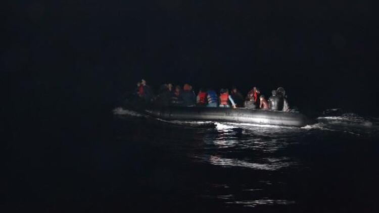 Çanakkale'de lastik bot içinde 51 kaçak göçmen yakalandı