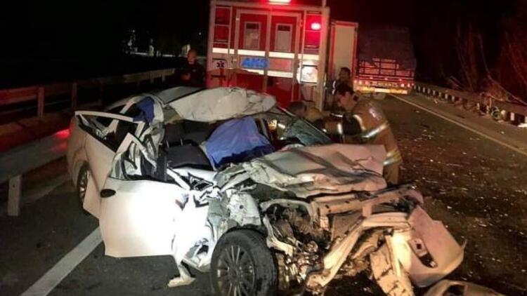 İzmir'de otomobil kamyona çarptı: 1 ölü