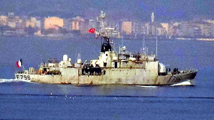 Fransız savaş gemisi Çanakkale Boğazı'ndan geçti