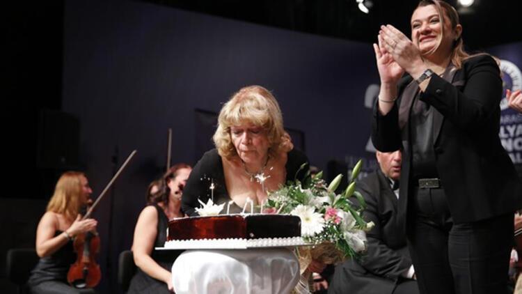 Piyanist İdil Biret'e sahnede doğum günü sürprizi