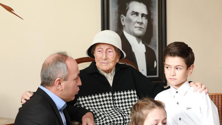 Öğrencilerden 104 yaşındaki emekli öğretmene ziyaret