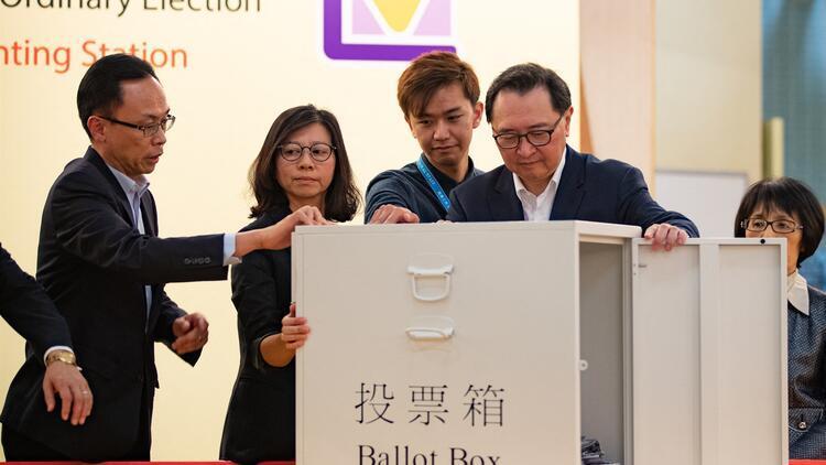 Son dakika haberleri: Hong Kong yerel seçiminde sandıktan demokrasi savunucularının zaferi çıktı