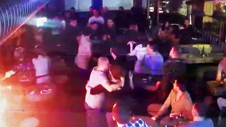 Barda dehşet: 2 garsonu bıçakladı