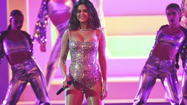 Selena Gomez iki yıl sonra canlı performansıyla sahneye çıktı
