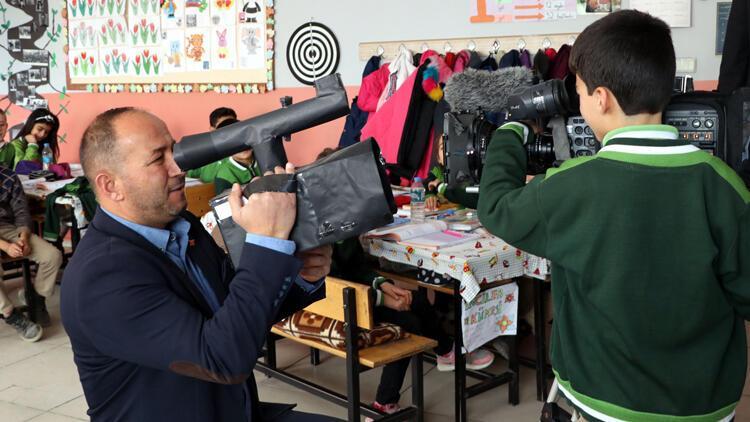 Hayalini karton kamera ile gerçekleştiren Abdulselam'a kamera eğitimi