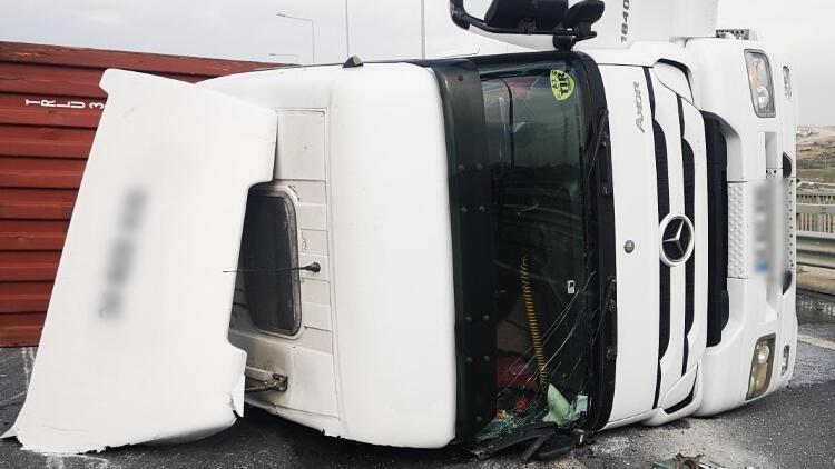 Sancaktepe'de otomobille çarpışan TIR devrildi