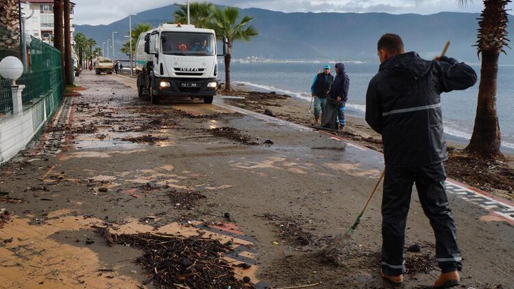 Marmaris'te yağmur ve rüzgarın ardından temizlik