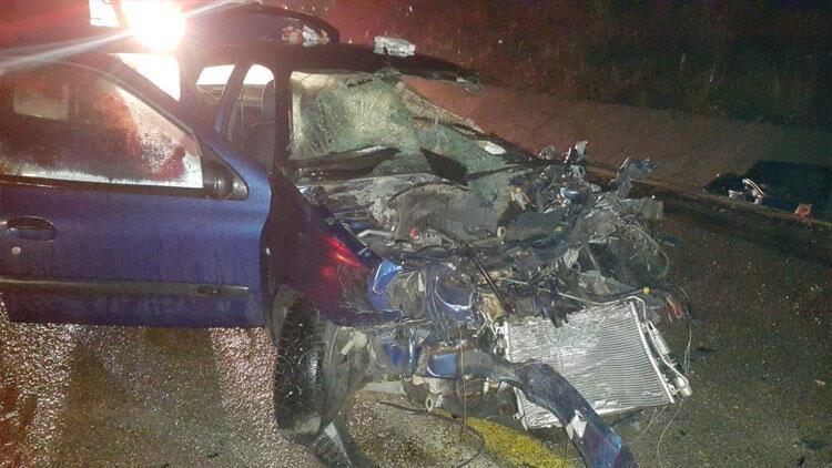 Hurdaya dönen araç içinde sıkışan çift 45 dakikada kurtarıldı