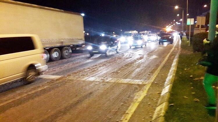 Yola saçılan hamsiler trafiğin aksamasına neden oldu