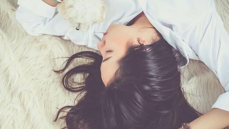 Uykuda düşme hissi neden olur? Rüyada düştüğünü görmek ne anlama gelir?