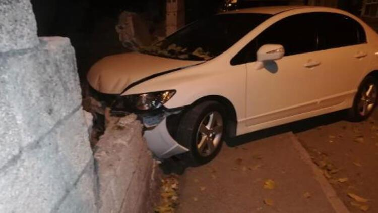 Otomobil bahçe duvarına çarptı... 17 yaşındaki sürücü yaralandı