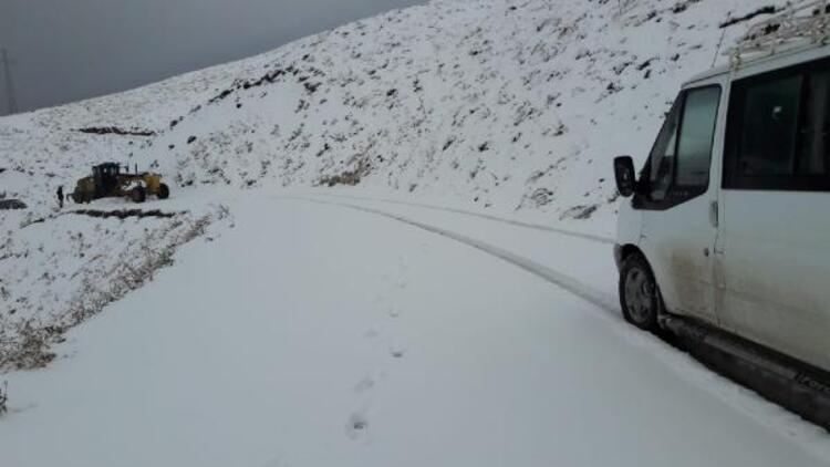 Siirt'e mevsimin ilk karı düştü... Bazı yollar kapandı
